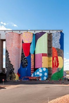 HENSE has just completed a large mural atop several grain silos in Northam, in western Australia. HENSE, also known as Alex Brewer is an Atlantan artist known for his abstract street art.The project. Murals Street Art, 3d Street Art, Street Art Graffiti, Mural Art, Street Artists, Australian Interior Design, Interior Design Awards, Grain Silo, Wow Art