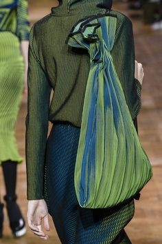 Issey Miyake bei Paris Fashion Week Herbst 2017 - Details Runway Fotos Source by thegiftsoflife Fashion Details, Look Fashion, Fashion Bags, Fashion Show, Autumn Fashion, Fashion Accessories, Womens Fashion, Fashion Design, Paris Fashion