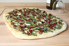 Veganer Flammkuchen mit Bärlauch und getrockneten Tomaten