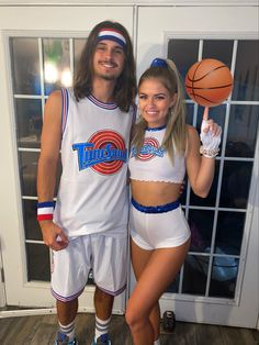 Cool Couple Halloween Costumes, Scary Couples Halloween Costumes, Bunny Halloween Costume, Cute Couples Costumes, Trendy Halloween, Group Halloween, Lola Bunny Costume, Bonnie And Clyde Halloween Costume, Harry Potter Halloween