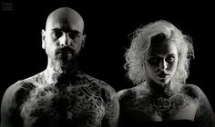 Tatuaże i spojrzenie tworzą klimat! A very nice photo of couple with tattoos! #BlackStarStudio #tattoo