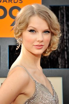 When you trade your long, flowing hair for a chic 'do that instantly earns you comparisons to the hottest supermodels, you know you're on-trend. See Taylor Swift's beauty evolution, ahead of the Met Gala here. Estilo Taylor Swift, Taylor Swift Songs, Taylor Swift Style, Taylor Swift Pictures, Taylor Alison Swift, Red Taylor, Beyonce, Kim Kardashian, Stars