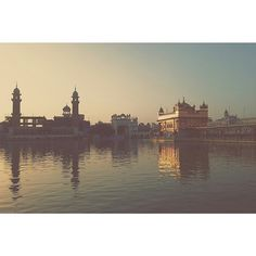 "picture of the day 📷 Beautiful capture by of Sri Harmandir Sahib Ji 🙏🏽 ""In this world, the true Guru is the ocean of peace; there is no other place to rest and have peace. The world is. Golden Temple Wallpaper, Harmandir Sahib, Golden Temple Amritsar, Guru Gobind Singh, Place Of Worship, Heaven On Earth, Incredible India, Sikh Quotes, Gurbani Quotes"