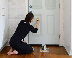 We tried high gloss paint door paint and are we're officially OBSESSED! So here are our tips for applying it (or any door paint) for a great, even result. Front Door Paint Colors, Painted Front Doors, Paint Colours, Front Door Hardware, Fine Paints Of Europe, Tumbled Marble Tile, Best Front Doors, S Brick, High Gloss Paint