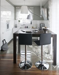 Nowoczesna, minimalistyczna biała kuchnia i sterylna biel szafek sprawia, że kuchnia wygląda niezwykle designersko. Białe szafki, biały blat i biała podłoga, a do tego kolorowe dodatki, które wyostrzą charakter wnętrza. Inspiracje na projekt białej kuchni z połyskiem znajdziesz w galerii ZDJĘC!