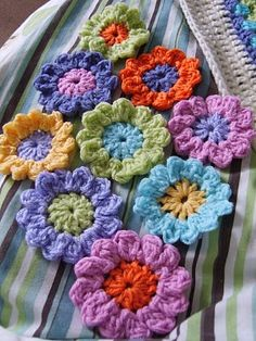 Pretty Crochet Flowers: think the pattern is the centre of the Sunburst flower