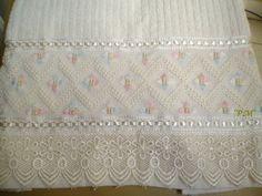 Marca: Karsten, 99% algodão e 1% viscose  Medida: 33x50  Cor: creme Melina  Trabalho: Ponto reto.  O bordado pode ser feito na cor que quiser.  Cores de toalhas:creme e branca.