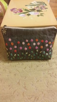 Embroidery Purse, Hand Embroidery Videos, Hand Embroidery Stitches, Hand Quilting, Embroidery Designs, Handmade Clutch, Handmade Bags, Diy Bag Designs, Sewing Art