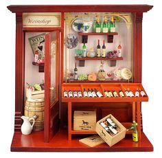 ワインがきれいに並んだお洒落な雰囲気が印象的。 シュヴァルノワール・ワインのお馬さんの絵柄も見受けられる ロイターポーセリン社製ドールハウス ワインショップです。