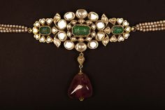 Uncut diamond and emerald armlet can also be used as choker Antique Jewellery Designs, Antique Jewelry, Vintage Jewelry, Jewelry Design, Indian Jewelry Sets, India Jewelry, Emerald Jewelry, Gold Jewelry, Gold Necklaces