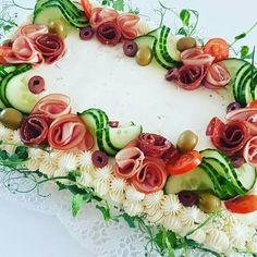A világ legszebb tortái nem édesek! Food Design, Sandwich Torte, Tee Sandwiches, Salad Cake, Creative Food Art, Food Carving, Food Garnishes, Food Platters, Food Decoration