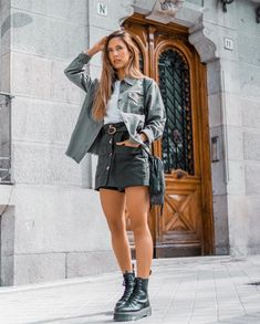 ✌🏼. 📷@iggyag Simple Outfits, Trendy Outfits, Cute Outfits, Fashion Outfits, Fashion Trends, Parisian Chic Style, Edgy Style, Platform Boots Outfit, Spring Summer Fashion