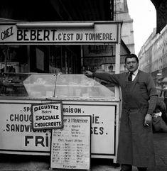Robert Doisneau \\ Bébert, traiteur de rue, Paris. Décembre 1959