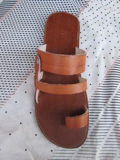 Sandalias de cuero marrón para hombres o mujeres de handicraftafrica en Etsy https://www.etsy.com/mx/listing/196921953/sandalias-de-cuero-marron-para-hombres-o