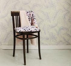 Dwustronny, bardzo delikatny kocyk, z jednej strony mięciutki wafel, z drugiej wzorzysta tkanina bawełniana wysokiej jakości. Wszystko dobrane tak, aby całość tworzyła piękną i spójną kompozycję. Wzór nie tylko przykuwa dziecięcy wzrok, jest również stylowy i designerski. Dining Chairs, Handmade, Furniture, Home Decor, Hand Made, Decoration Home, Room Decor, Dining Chair, Craft