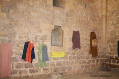 Sala decorada con vestimenta medieval.