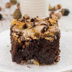 Această rețetă de tort preparată din mixul delicios de cacao și combinat perfect cu crema rafinată, o să vă răsfețe papilele gustative. Are un aspect deosebit datorită ingredientelor alese, care în timpul coacerii formează un