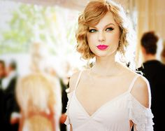 like this vintage look- lipstick, glam eyes, and hair