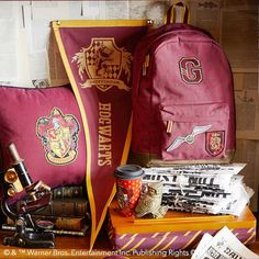 Backpacks, pennants, travel mugs and more, all designed to show off their house. Mode Harry Potter, Estilo Harry Potter, Harry Potter School, Harry Potter Bedroom, Harry Potter Merchandise, Harry Potter Decor, Harry Potter Style, Harry Potter Outfits, Harry Potter Aesthetic