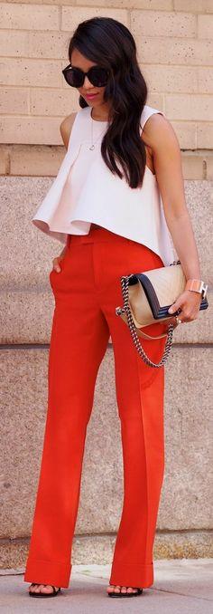 tenue chic femme en blanc et orange top volanté et sac pochette avec chaine métallique