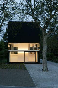 Voorgevel: bestaat uit baksteen die zwart geschilderd is en veel glas. Het heeft een eenvoudige raamverdeling. Door het glas geeft het een open gevoel maar door de witte muur geeft het ook een gesloten gevoel.