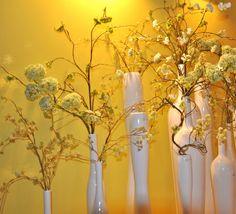 witte vazen bij gele muur | foto WH