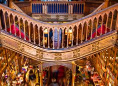 Sinds 1906 wordt Livraria Lello gezien als één van de mooiste boekenwinkels ter wereld. Buiten de brede keuze uit Portugese, Engelse en Franse fictie, non-fictie en poëzie staat de boekenwinkel bekend om haar persoonlijke hulp en spectaculaire interieur. Oh en weet je wat het best bewaarde geheim in Porto is? De kleine koffieshop op de tweede verdieping waar je kan genieten van koffie, port en sigaren!