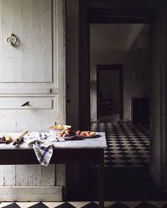 Photography by Aran Goyoaga Food + Visual Stories Farmhouse Kitchen Island, Kitchen Dining, Floors Kitchen, Cozy Kitchen, Kitchen Islands, Rustic Kitchen, Home Interior, Interior And Exterior, Interior Decorating