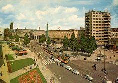 De Coolsingel, waarschijnlijk begin jaren zestig. Rechts zie je het standbeeld van Erasmus, dat tot 1964 op de Coolsingel stond. De foto is van skyscrapercity en stond oorspronkelijk op de website van hoogbouw010.nl.