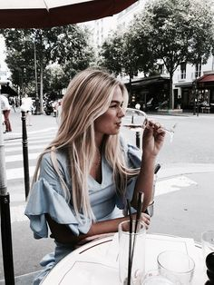 Uploaded by h a n n a h. Find images and videos about girl fashion and outfit on We Heart It - the app to get lost in what you love. Street Style Vintage, 2017 Image, Photo Couple, Foto Pose, 90s Fashion, Girl Fashion, Ladies Fashion, Dress Fashion, Fashion Ideas