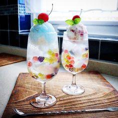 今日のおやつは#クリームソーダ 。ゼリーもよいけど簡単に市販の#グミ を使って#ビー玉クリームソーダ はいかがですか?子供たちには大人気。大歓声でお迎えしてもらえます。#レシピ #スイーツ #手作りおやつ #おやつ #gemomoge Candy Drinks, Dessert Drinks, Dessert Food, Cafe Menu, Cafe Food, Cream Soda, Japanese Sweets, Köstliche Desserts, Aesthetic Food