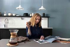 Kjøkkenveggen er malt med den nye og enda mattere LADY Pure Color i fargen 5044 Blåis Kitchen Design, Coffee Maker, Minimalist, Kitchen Appliances, Lady, Home Decor, Brown, Coffee Maker Machine, Diy Kitchen Appliances