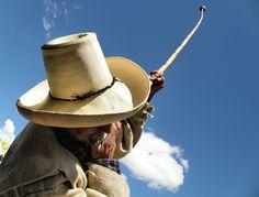 Indio tocando su clarín en Cajamarca, Perú.