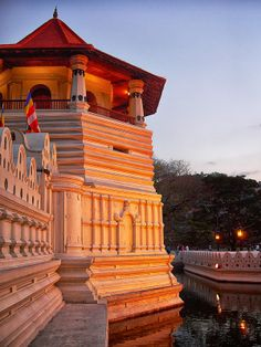 Sri Dalada Maligawa (Temple of the Tooth Relic) under the sunset light, Kandy, Sri Lanka Maldives Destinations, Travel Destinations, Cool Places To Visit, Places To Go, Sri Lanka Holidays, Visit Maldives, What A Wonderful World, Ultimate Travel, Kandi