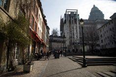 Installé depuis 2011, l'ascenseur des Marolles relie la partie haute et la partie basse du vieux centre historique de Bruxelles. Il est un point de passage privilégié entre le parvis du Palais de Justice, où bénéficier d'une vue imprenable sur Bruxelles et le quartier très haut en couleur des Marolles.  Photo : @ Arthur Enard (www.enaart.com)