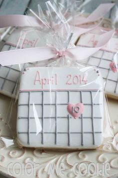 These would be cute at an engagement announcement party. SAVE THE DATE Calendar Sugar Cookies by ColorMeCookies on Etsy Fancy Cookies, Iced Cookies, Cute Cookies, Royal Icing Cookies, Cookies Et Biscuits, Cupcake Cookies, Cookie Favors, Flower Cookies, Heart Cookies