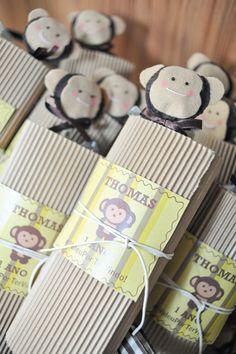 Kids party favors, check this cute monkey idea... Lembrancinha de macacos para festa de 1 ano por babolina.com.br
