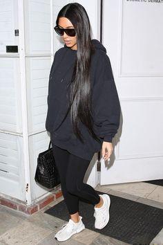 Athleisure: como inserir peças esportivas em seu look. Kim Kardashian, moletom preto, calça legging preta, tênis esportivo branco