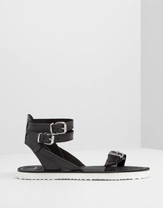 :LEATHER SANDALS WITH BUCKLE DETAIL