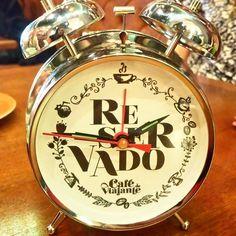 """[POST NOVO] Café do Viajante . Esse relógio tá aí pra te lembrar que tá na hora de ler o post novo no blog sobre o Café do Viajante! Vai lá dar uma olhadinha e me diz o que achou . Curiosidade: O despertador é usado para marcar a mesa como """"reservada"""" não é demais? . #aosviajantes #cafedoviajante #postnovo #blogdeviagem #RBBV #braziloverss . . . #wanderlust #curitiba #curitilovers #curitibacool #ferias #feriado #viagem #viajar #trip #turismo #roteiro #dicasdeviagem #blogueirosdeviagem…"""