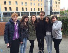 Nathan com fãs durante sua radio tour na Inglaterra. (via @Xaviera_TW & @NJSykesMusic) (20 mai.)