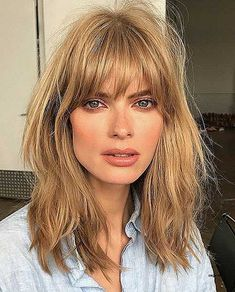 This Vintage Bangs Trend Is Making a Return and It Looks Good On Everyone - - Finally! This Vintage Bangs Trend Is Making a Return and It Looks Good On Everyone ⭐stunning ❤️ haircuts ⭐ Fringe Bangs_Tousled Fringe Bangs Medium Hair Styles, Curly Hair Styles, Hair Cut Styles, Vintage Bangs, Retro Bangs, Cool Short Hairstyles, Curly Haircuts, Hairstyles Haircuts, Hairstyle Short