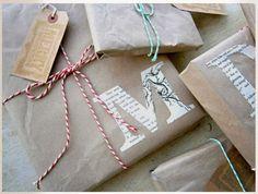 Geschenke Verpackung selbermachen mit braunem Packpapier und Buchstaben aus alten Zeitungen. Noch mehr Ideen gibt es auf www.Spaaz.de