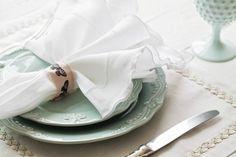 Uma simples fita de gorgorão ou uma tira de tecido (acima) mudam a mesa. Você encontra tiras estampadas em lojas de scrapbook ou, se preferir, pode carimbar uma lisa