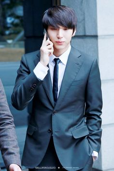 Hyeon Hwang (portrayed by Jung Taekwoon) is Haneul's oldest brother. He is 23, and is a singer. He is an introverted and sweet person.