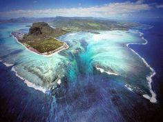 """Cascada Islas Mauricio Este increíble lugar está situado en el extremo suroeste de la isla de Mauricio y es probablemente uno de los paisajes más bellos de la República. La vista desde arriba es realmente increíble, los depósitos de arena y limo crean la impresión de estar ante la presencia de una fascinante """"cascada bajo el agua""""."""