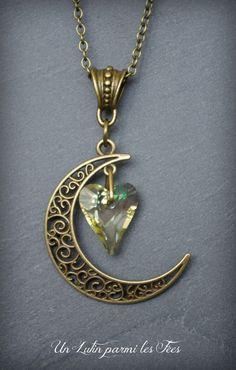 Collier pendentif lune filigrane couleur bronze et coeur en cristal luminous green