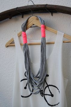 collier de fils. T-shirt yarn necklace