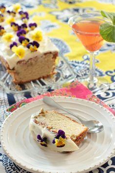 Raparperi-vaniljakakku. Mehevä ja vaniljainen, kuorrutettu raparperikakku on kevään ihanin raparperileivonnainen.