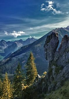 The High Tatras mountains form a natural border between Poland and Slovakia and are the highest mountain range in the Carpathian Mountains. Bratislava, Tatra Mountains, Carpathian Mountains, Snowy Mountains, Places To Travel, Places To See, Polish Mountains, High Tatras, Visit Poland